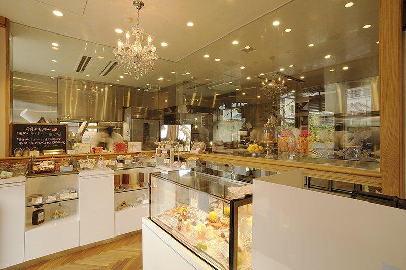 ガラス張りのキッチンと彩り豊かなショーケース
