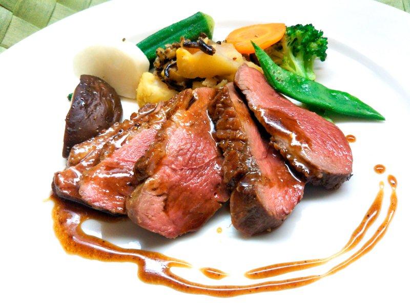 ハンガリー産マグレ鴨肉のロティ フランボワーズビネガーのソース